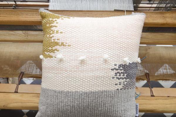 WIVI big est un grand coussin en 100% laine merinos française artisanale, tissé à la main à l'atelier sur métier à tisser traditionnel. Déhoussable et livré avec son coussin de rembourrage (en 100% polyester; fabriqué en France pour WHOLE), et fermé par un zip invisible, il possède un verso en natté de coton bio écru. Entretien à la main à froid Fabrication française et teinture main à l'atelier. Entretien à la main, délicat //////// WIVI big ...