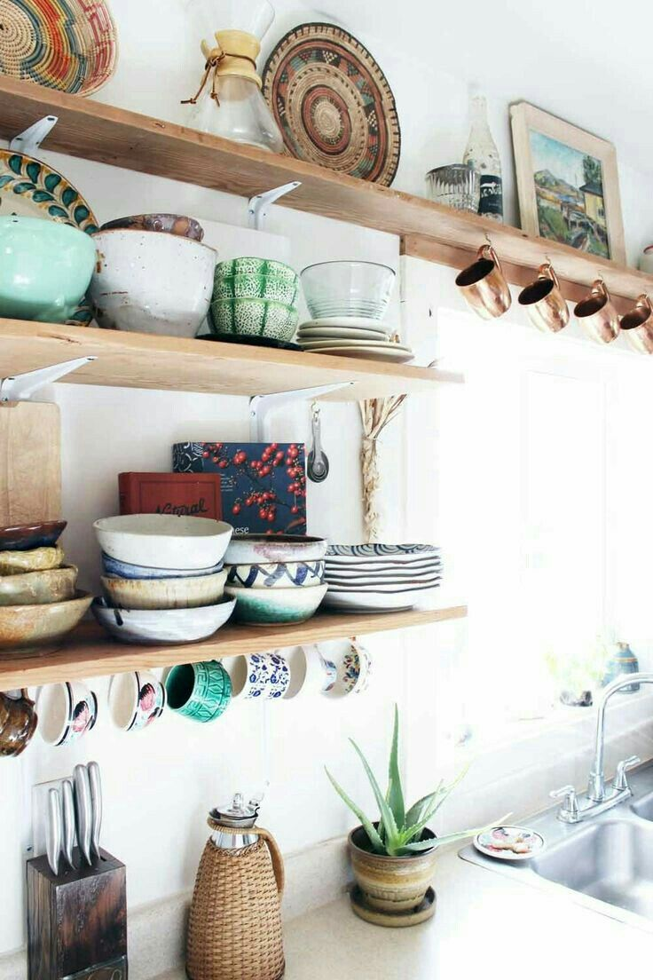 Open shelves in the kithen, always a win. Prateleiras na cozinha, não tem como dar errado.                                                                                                                                                                                 More
