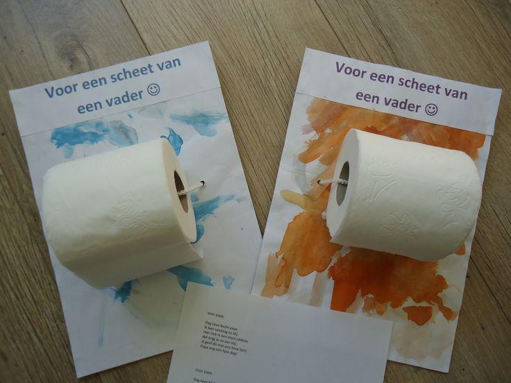 """Vaderdag. A4 laten verven en op stevig karton plakken. WC rol vastzetten met een koord. Tekst toevoegen: """"Voor een scheet van een vader""""."""