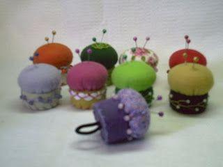 ARTE COM QUIANE - Paps, Moldes, E.V.A, Feltro e Costuras: Mini alfineteiros em feltro feitos com tampinha de refrigerante