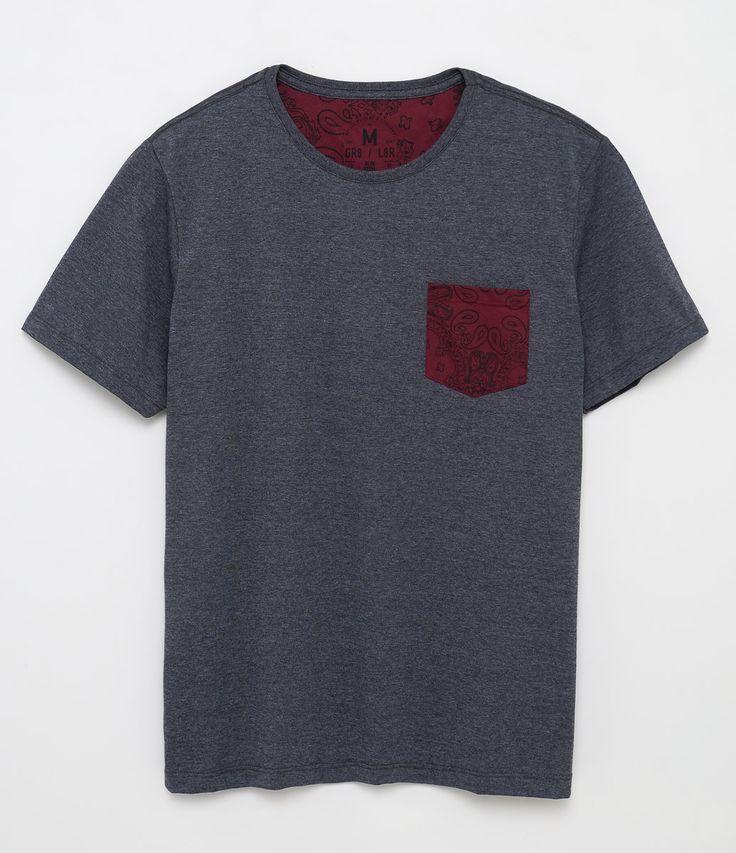 Camiseta masculina  Manga curta  Gola redonda  Com bolso  Marca: Blue Steel  Modelo veste tamanho: M       COLEÇÃO VERÃO 2017     Veja outras opções de    camisetas masculinas.