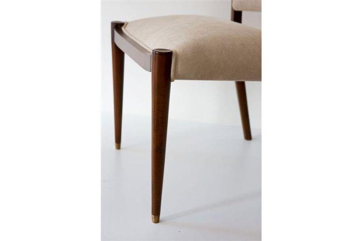 Yemek masası sandalyesi olarak tasarlanan Bend Chair, sırtı kavrayan ergonomik kıvrımlı rahat yapısı ile farklılık göstermektedir.