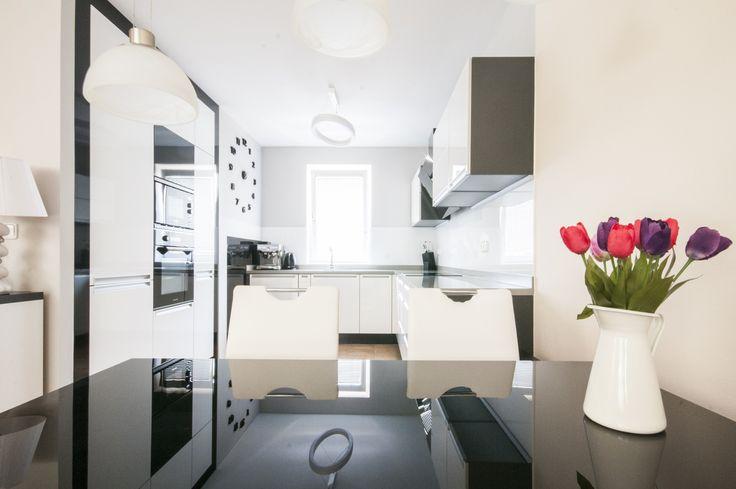 Elegantní a jednoduchá kuchyň sází na výrazný kontrast bílých a černých ploch.
