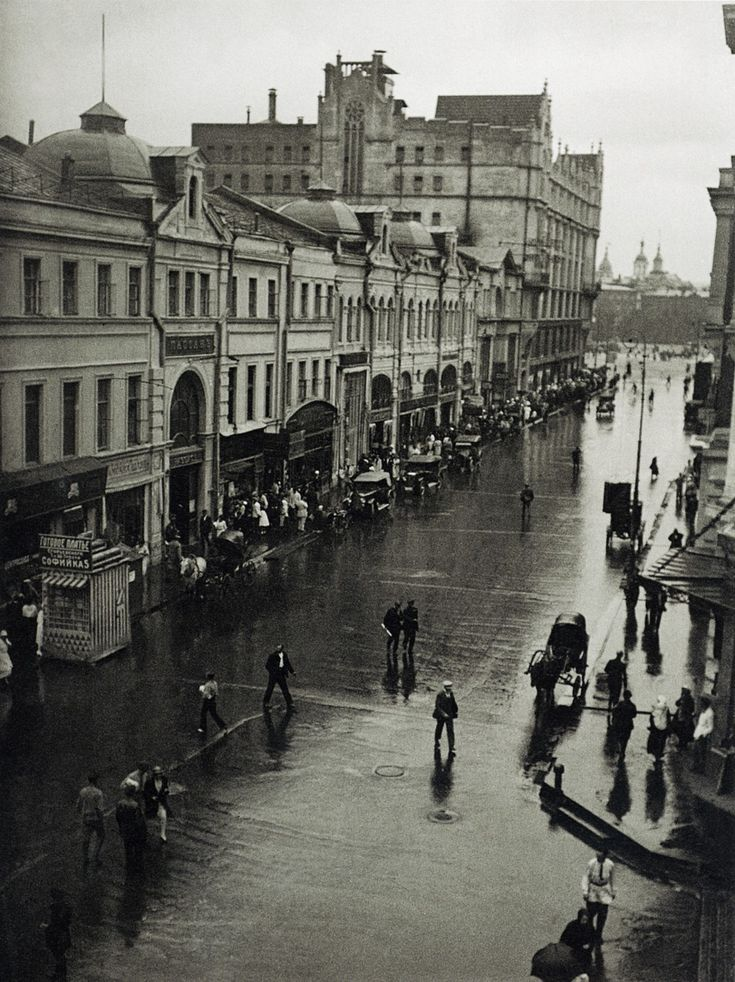 Moscow, intersection of Kuznetsky Most and Petrovka St.; photo by Alexander Rodchenko, 1926