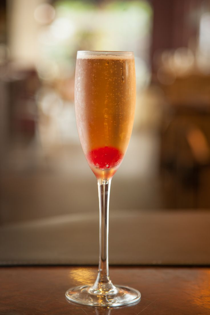 Barman do restaurante asiático Opium ensina a fazer o drinque Kir Royal.