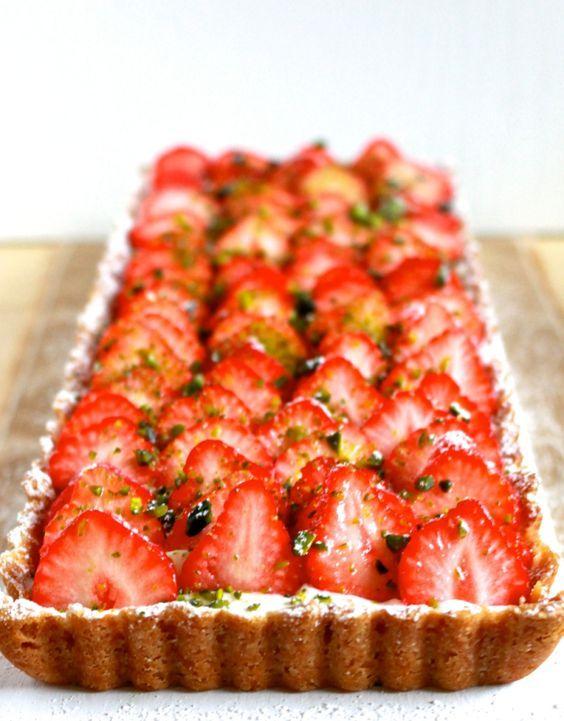 Deze aardbeientaart met citroenmousse is fris, fruitig, niet te zwaar, met een zoet en bros deeg; kortom: de ideale taart. Recept van Janneke Philippi