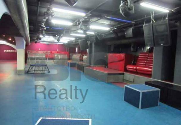 Имеется два танцпола, 2 vip-комнаты караоке, два бара, кухня. Профессиональный свет и музыкальная аппаратура. Юридический адрес.