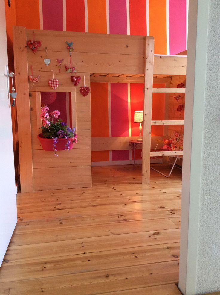 Kleurige kinderkamer met hoogslaper van steigerhout . Bloembak er bij! Zitje gecreëerd onder het bed! Houten vloer.