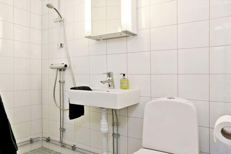 Badrum med dusch på övre plan. Simrishamnsvägen 7 - Bjurfors
