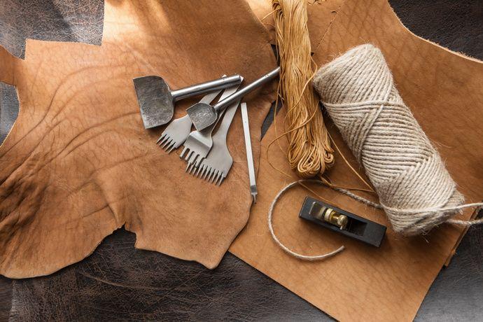 ハンドメイドの革雑貨を作ってみませんか?道具の名前や使い方など最低限の知識を覚えておけば、初心者でもおしゃれな革雑貨作りが楽しめます。今回は縫って作る方法を中心に、簡単レシピやすぐに作れるアイデアなどをご紹介します。