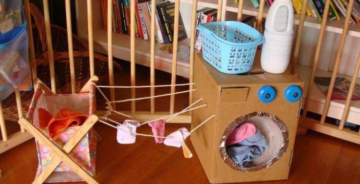 Vous êtes débordé avec le bébé, le ménage, la lessive et le grand frère ou la grandesœurs'ennui?Fabriquez une machine à laver! Ils prendront plaisir à vous imiter dans vos taches quotidiennes :) Une boite de carton traîne à la maison? HOP! Une ma