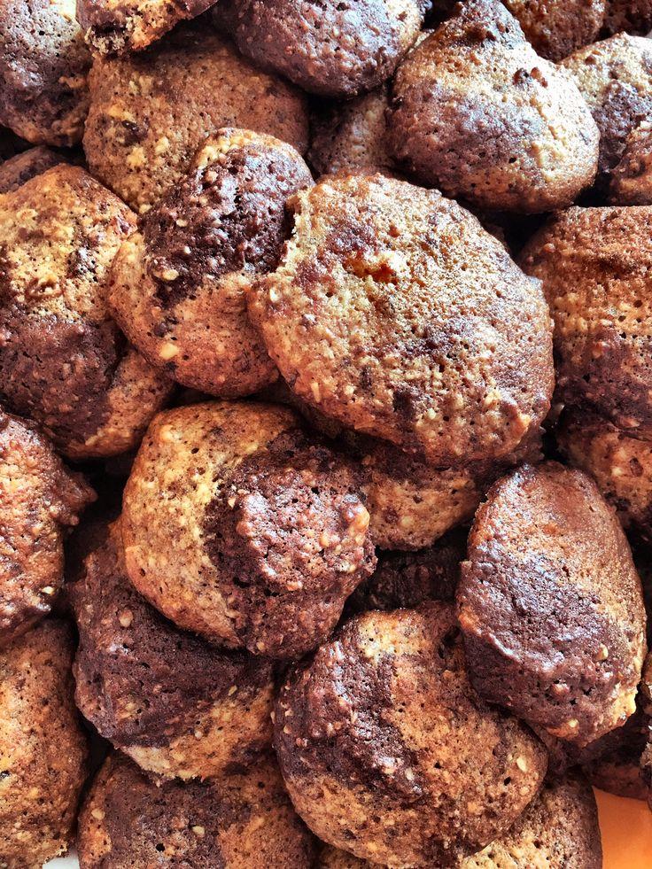 Domácí BEBE sušenky  Recept:  1 hrnek hladké mouky 1 hrnek oves. vloček(nasekat a namočit) 1,5 hrnku cukr moučka 3/4 hrnu ořechů (nasekat) 1/2 másla (rozpustit) 3 vejce 1 lžička skořice 1 lžička sody kakao, slunečnicová semínka , brusinky( nakrájené), čokoláda ( nasekat) Smíchat suché přísady, utřít máslo  a vejce. Těsto lžičkou tvarovat na pečící papír 1/2 másla(