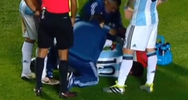 """Messi-choc, si """"spezza"""" la schiena: addio alla Coppa America? / Video - http://www.sostenitori.info/messi-choc-si-spezza-la-schiena/233845"""