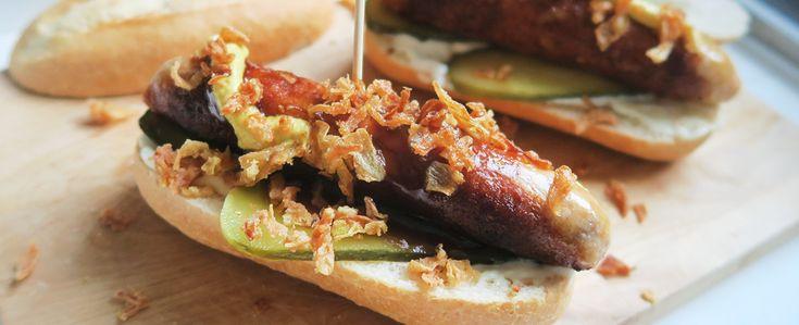 Gewoon wat een studentje 's avonds eet: Hotdogs van kipsaucijzen met augurk, mosterd, mayo, barbecuesaus en gebakken uitjes
