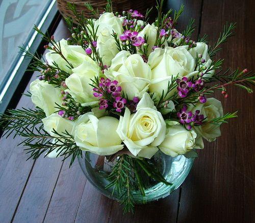 üveggömb fehér rózsával 20 szál