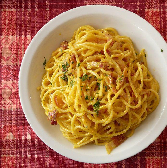 Découvrez la recette originale des spaghetti à la carbonara : spaghetti, œufs, bajoue de porc, pecorino romain, Huile d'olive vierge extra, sel et poivre.