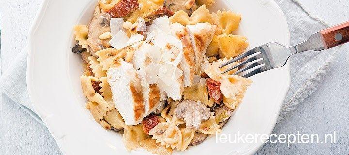 Makkelijk pastarecept met gedroogde tomaatjes, champignons en een stukje gegrilde kip