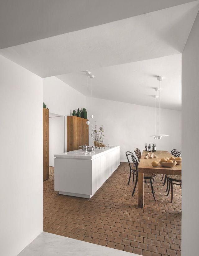 Lignes de forces d'une table en bois brut et d'un îlot en marbre avec cuisson…