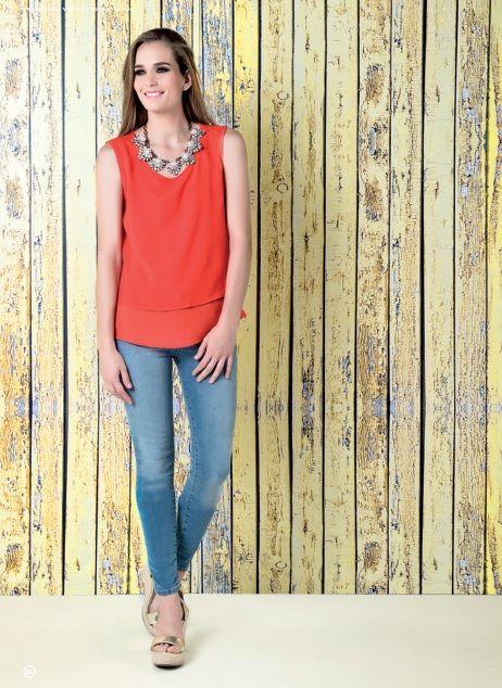 Blusa naranja en poliéster, pantalón azul mezclilla lavado claro, skinny básico. Plataforma color oro altura 12 cm www.facebook.com/LaeTColor