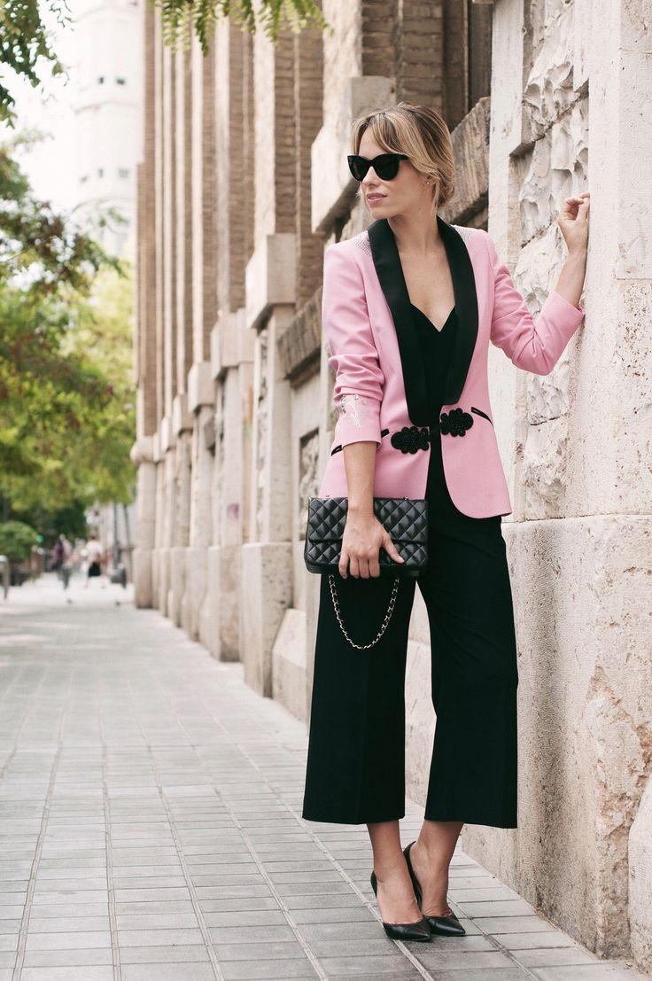 inspiracion - blazer en rosa & negro -   pantalon & top en negro (CONDESA A Cara Descubierta, looks, On top - Macarena Gea)