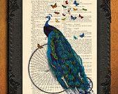 Pauw op fiets met vlinders op antieke boekpagina, pauw decoratie, sierlijke pauw op fiets
