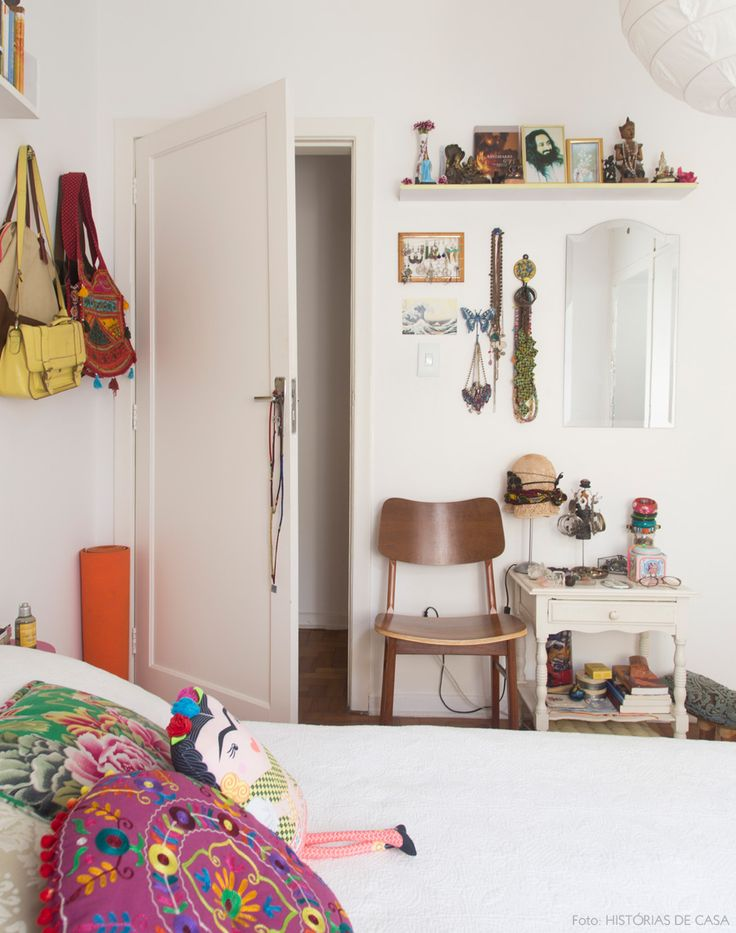 A base branquinha serve de pano de fundo para preencher o quarto com cores e objetos especiais. Veja mais em www.historiasdecasa.com.br #todacasatemumahistoria #bedroom