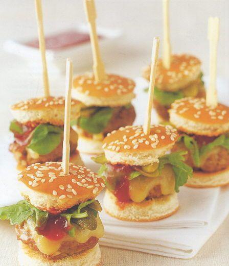 Amuse van mini hamburgertjes met rucola en cheddar --> vervangen door vegetarische burgertjes!