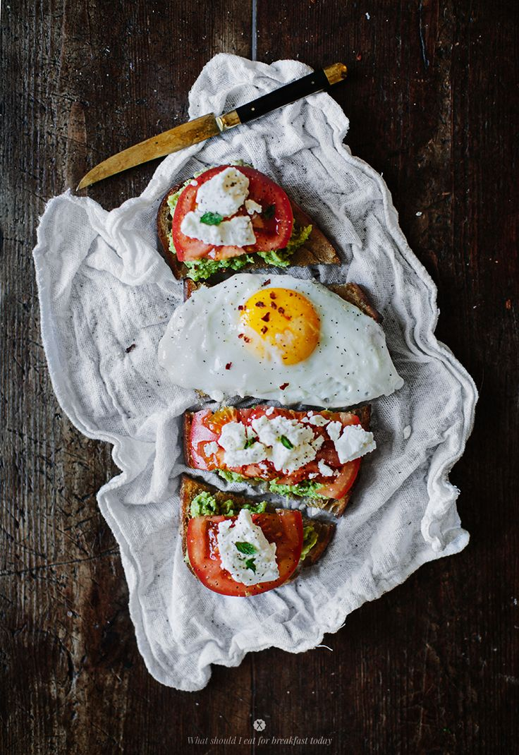 Avocado toast with goat cheese and tomato / Marta Greber
