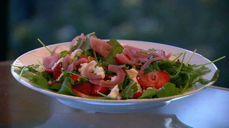 Salat med jordbær og syltede rødløg | Mad