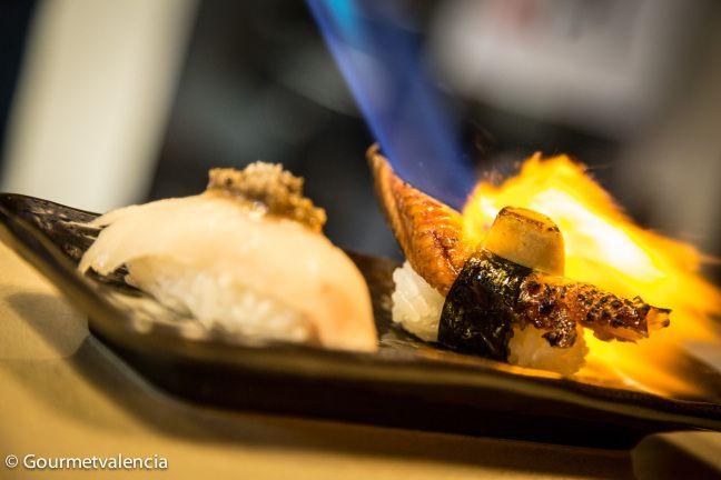 Nigiri braseado de anguila con foie y nigiri de pez mantequilla con crema de trufa negra de Sushi Home, en Valencia