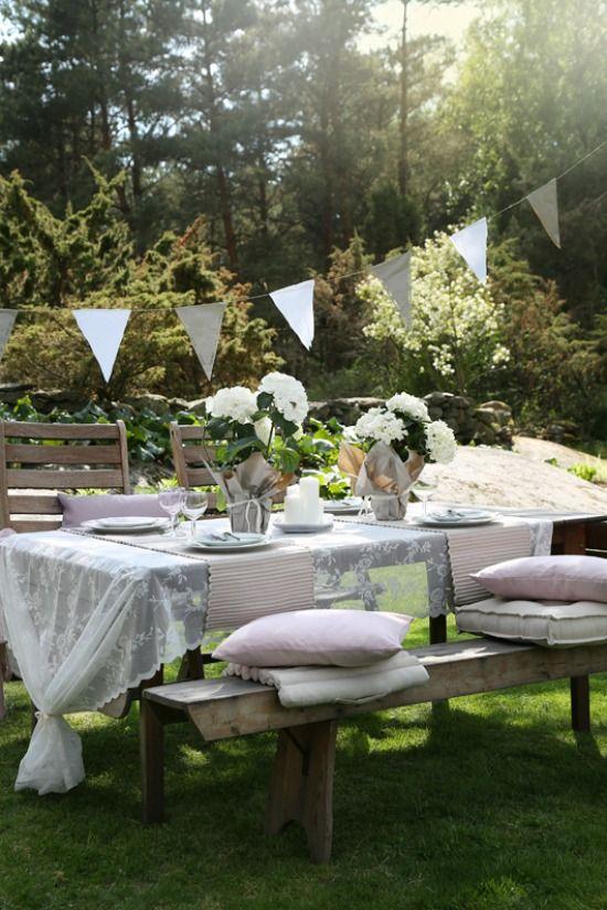 Zinderende zomer. Een tuinfeest maakt de zomer extra leuk, van simpele picknick tot uitgebreid diner, buiten is het heerlijk toeven met een zomers buitenfeest.