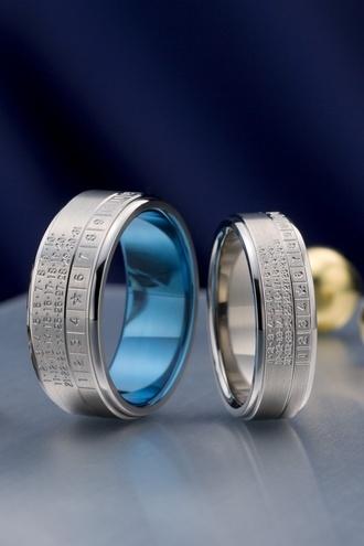 遥-haruka-  HR-230  記念日を大切にしたい方にオススメのカレンダー模様のジルコニウムリング。おふたりだけの記念日に星マークを入れることができる。ジルコニウムは硬く丈夫でお肌にもやさしい素材。内側をブルーに発色することが可能。    Haruka-haruka-    HR-230 It is a zirconium ring of the calendar pattern of a recommendation to a direction to make a memorial day carefully.   A star mark can be put in on only two persons' memorial day.   It is firmly strong and a zirconium is a material gentle also to skin.   Coloring inside blue is possible.