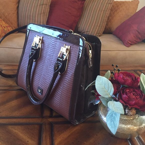 Brown purse Very sturdy and good quality. Classy and elegant. Removable shoulder strap. Pretty turquoise lining on the inside. Cloe brand. Bought in Mexico. Cloe Bags