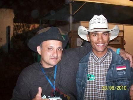 Camilo e o locutor de rodeio Leandro Falcão