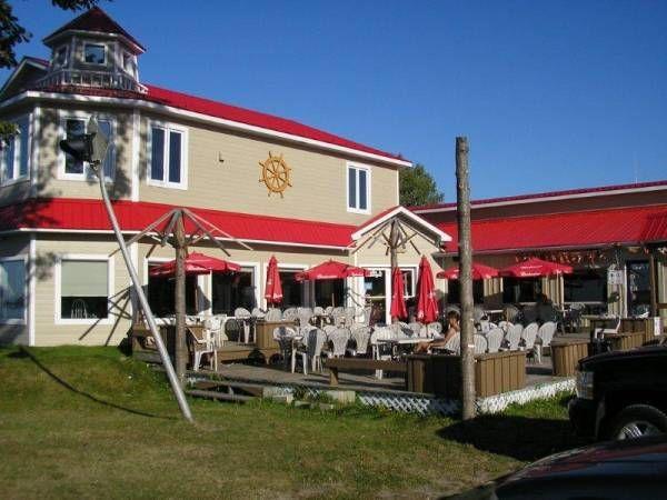 Resto Bar La Marina - Avec salle à manger et un panorama sur le fleuve, nous offrons un menu diversifié et de qualité à notre clientèle. Ouvert à l'année, 7 jours sur 7. Menu du jour. Pizzas traditionnelles. Spécialité : perchaude. Bienvenue aux groupes!