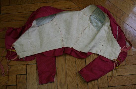 "1795 Abiti Antichi. ""Corpetto in taffetà marezzato rosa scuro. Manca di uno dei due pannellini frontali."" Google translate: ""Bodice Taffeta marbled pink. Missing one of the two small panels front."""