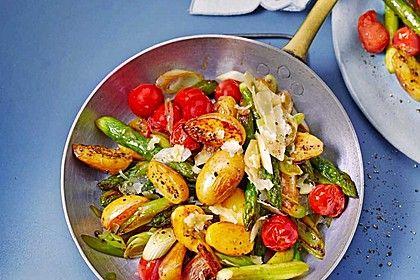 Gebratener grüner Spargel mit Kirschtomaten und Kartöffelchen, ein schönes…