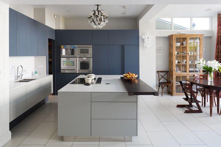 cuisine tendance 2017 en bleu, blanc et gris perle, meubles en bois et carrelage blanc neige