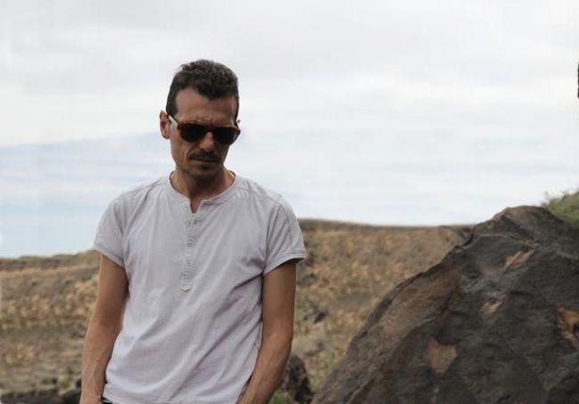 Το musicity.gr επιλέγει το τραγούδι της εβδομάδας 17/10! Ο Μανώλης Φάμελλος γράφει, συνθέτει και τραγουδά μια ωδή στην προτροπή για τη νέα αρχή, δίνοντάς της τον τίτλο «Ο δρόμος μέσα στο σκοτάδι».