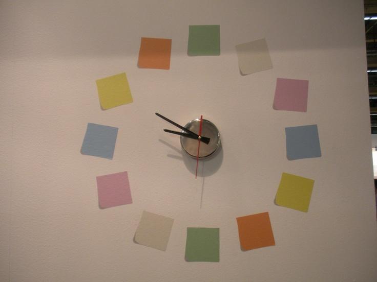 Reloj personalizado hecho con vinilos decorativos.
