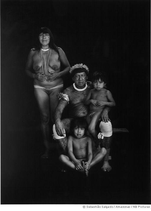 Sebastião Salgado - Projeto Gênesis. Família Kamayurá. Alto Xingu, Amazônia brasileira.