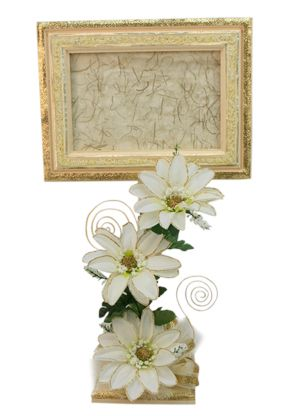 Portarretrato de madera con flores color beige. Centro de mesa para Boda