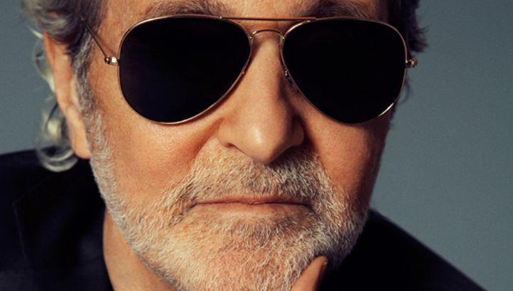 Известный американский дизайнер Винс Камуто скончался от рака в возрасте 78 лет. Он умер 21 января 2015 в своем доме в городе Гринвич. В 1978 году Камуто и его деловой партнер Джером Фишер учредили бренд обуви Nine West, который до сих пор является одним из самых популярных в США.