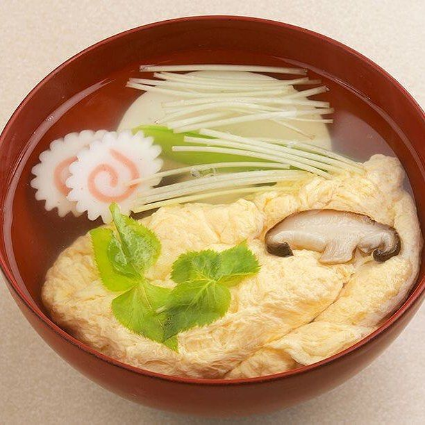 お正月といえば『#お雑煮 』ですよね。こちらは#あんみつ などの和#スイーツ で有名な#上野 ・みはしさんから。#餅 は#みはし の自家工場で毎日つくっており、とても柔らかい食感。鰹節から取ったおすましの出汁に、ふわふわとした卵、しいたけ、かまぼこ、三つ葉、きぬさや、鶏肉が入っています。優しい味わいの、これぞ伝統的な お雑煮です #ヒトサラ #グルメ #food #おいしい #delicious #美味しい #yummy #tasty #yum #飯テロ #instafood #雑煮 #foodporn #foodie #japanesefood #謹賀新年 #新年 #年賀 #tokyo #正月 #japan #happynewyear