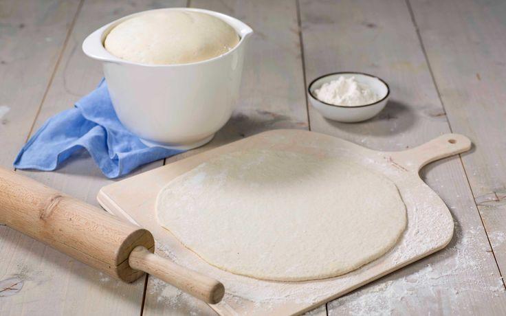 Her har du den beste oppskriften på hjemmelaget italiensk pizzadeig. PIzzadeigen er lett å jobbe med og gir en tynn og luftig pizza.