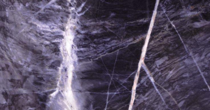 Cómo hacer cubiertas prefabricadas para cocina de imitación de mármol. Si no puedes acceder a la compra de mármol o granito, puedes lograr su apariencia por una fracción de lo que cuesta el material original. Puedes crear una cubierta prefabricada de imitación de mármol para tu cocina con la cubierta laminada existente y una técnica de pintura que imita al mármol. Esta técnica ayuda a cubrir las imperfecciones y ...