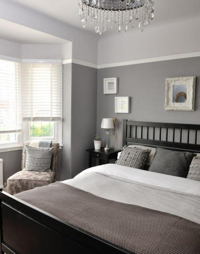 Charmant Graues Bett, Spiegel Mit Ausgefallenem Rahmen, Leseecke, Schlafzimmer Farbe