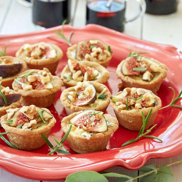 Festliga små minipajer med grönmögelost blir extra goda med fikon och valnötter på toppen.