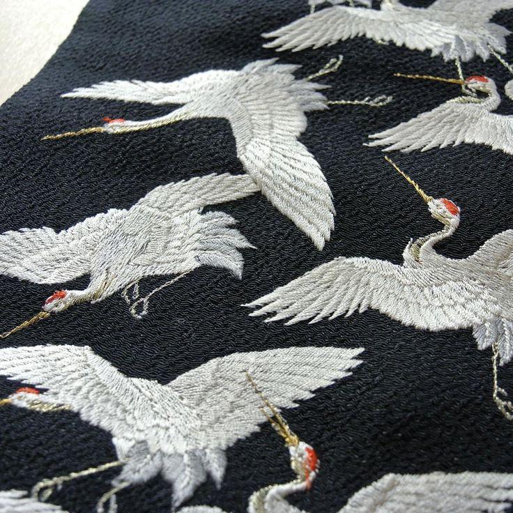絞り地に舞鶴が刺繍された半襟。 顔まわりを華やかに彩るアイテムです。  微妙に色の違う糸を使い一枚一枚の羽の流れまで表現された丁寧な仕事に、時間を忘れて見入ってしまいます。  #CUCURU #南青山 #和装結婚式#和装#結婚式#掛下#色打掛#ウエディング#フォトウエディング#kimono#掛下#プレ花嫁#花嫁衣装#cool #半襟 #鶴 #舞鶴