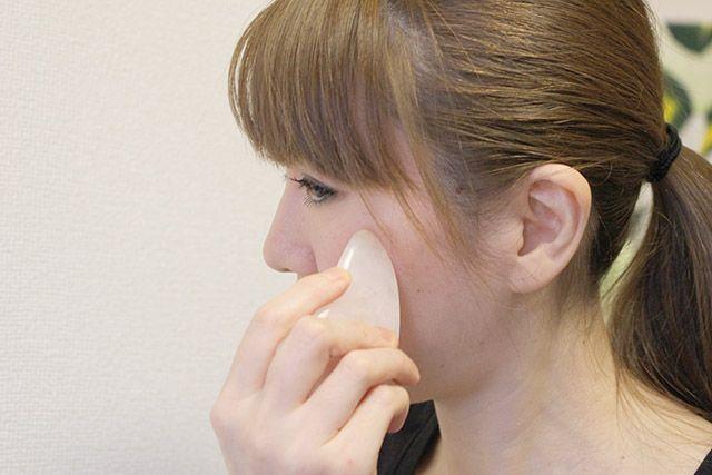 かっさは、小顔に良いだけではなく、血流を良くすることで美肌などの効果も期待できます。そんなかっさの使い方、小顔マッサージのやり方をまとめます。